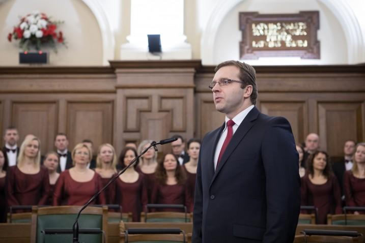 Svinīgā sienas plākšņu ar Satversmes pantiem atklāšana Saeimas Sēžu zālē. Uzrunu teic A. Laviņš. Foto: E. Dinka, Saeimas Administracija