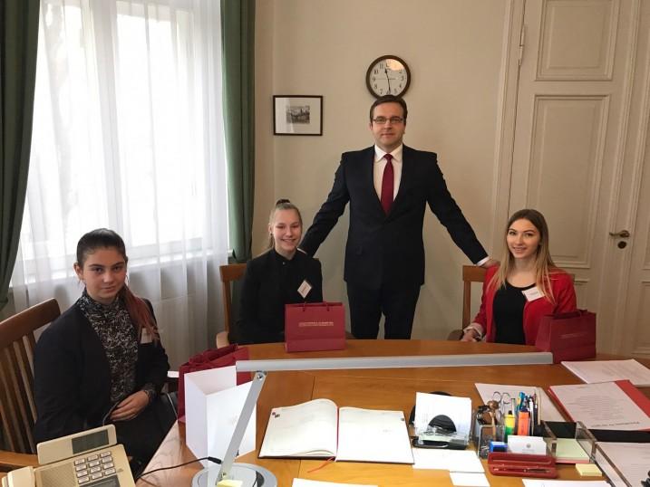 """Ēnu diena Satversmes tiesā. A. Laviņa tikšanās ar """"ēnām"""". No kreisās: K. Ice, S. Fiļimonova, A. Laviņš, P. Lazdiņa. Foto: L. Pauliņa"""