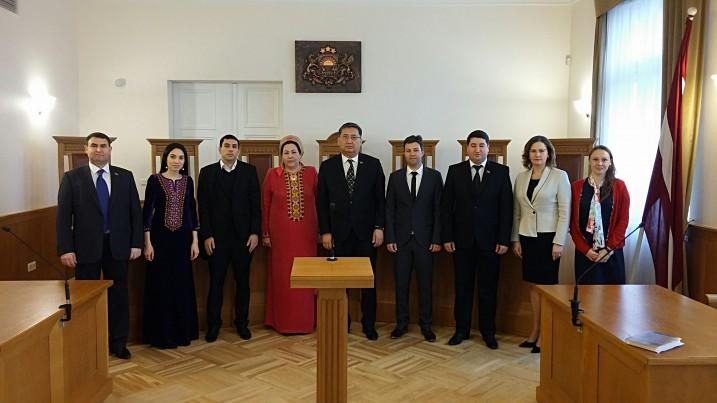 Satversmes tiesas Juridiskā departamenta vadītāja A. Spale tiekas ar Turkmenistānas Republikas delegāciju Satversmes tiesā. Foto: K. Strazda.
