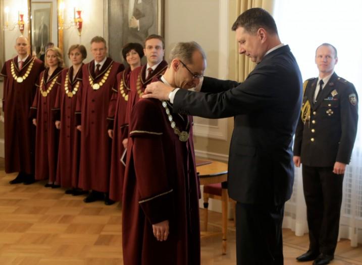 Valsts prezidents R.Vējonis izsniedz A.Kučam tiesneša amata zīmi. Foto: VPK foto.