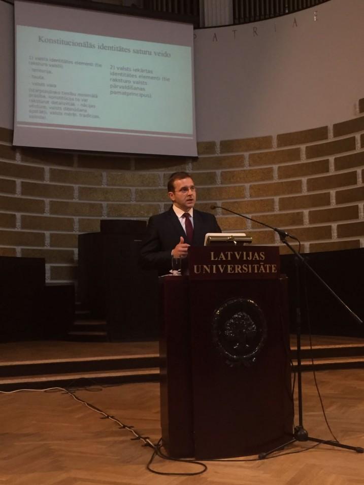 Satversmes tiesas priekšsēdētājs A.Laviņš ar priekšladīsījumu uzstājas Latvijas Universitātes Lielajā Aulā. Foto: K.Strazda
