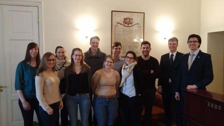 Satversmes tiesas padomnieki K. Tamužs un G. Bārdiņš tiekas ar tiesību zinātņu studentiem no Vācijas. Foto: K.Strazda