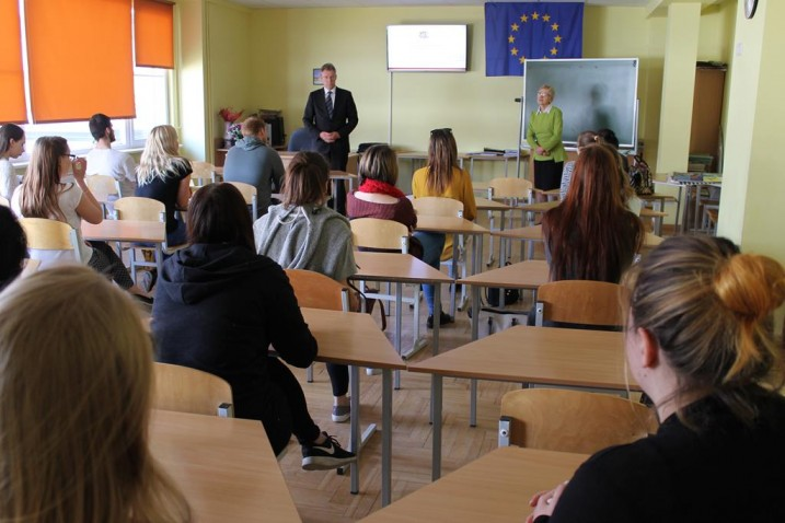 Satversmes tiesas tiesnesis G.Kusiņš tiekas ar Ādažu vidusskolas skolēniem. Foto: Ādažu vidusskola.
