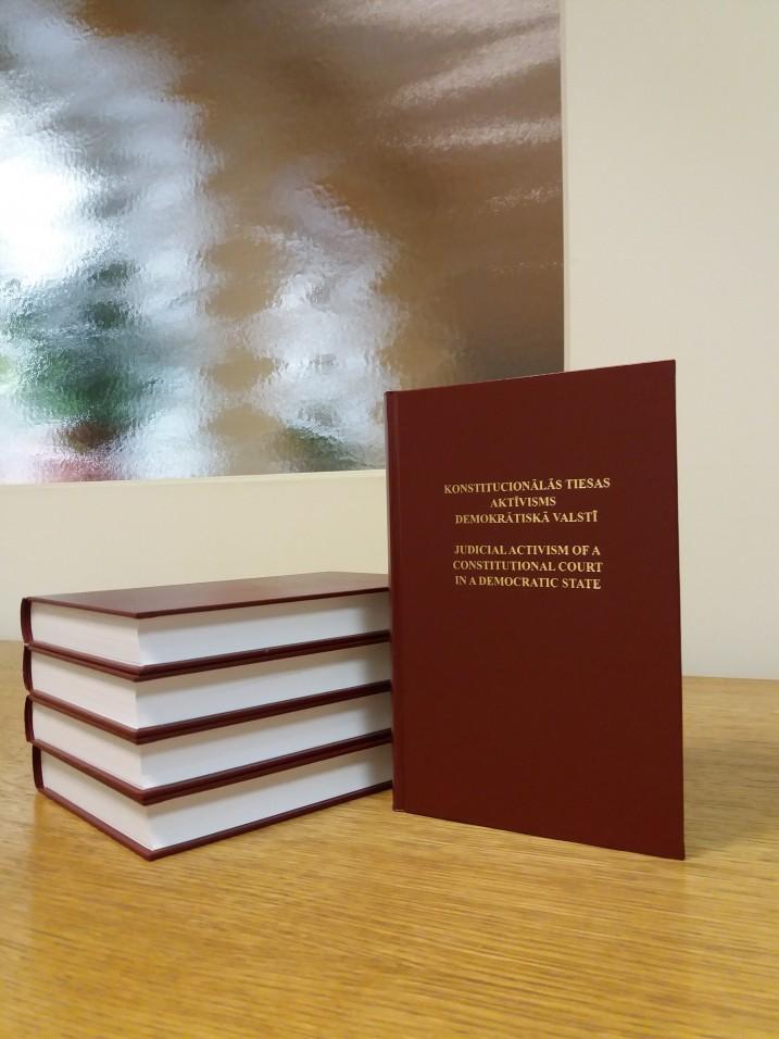 """Grāmata """"Konstitucionālās tiesas aktīvisms demokrātiskā valstī"""". Foto: K.Strazda."""