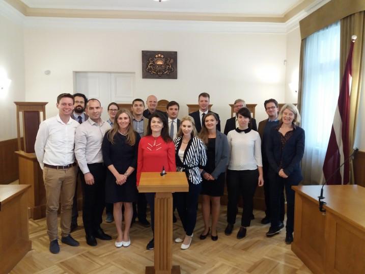 Satversmes tiesas padomnieks K. Tamužs ar pieredzes apmaiņas vizītes dalībniekiem Satversmes tiesas sēžu zālē. Foto: K.Strazda.