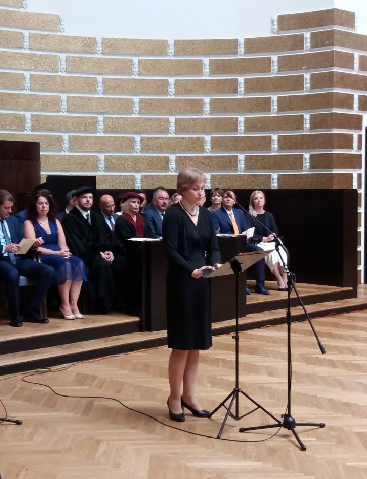 Satversmes tiesas priekšsēdētāja I.Ziemele saka uzrunu Latvijas Universitātes Juridiskās fakultātes maģistru izlaidumā. Foto: K.Strazda.