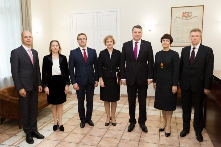 Valsts prezidents Raimonds Vējonis tiekas ar Satversmes tiesas tiesnešiem. No kreisās: J.Neimanis, D.Rezevska, A.Laviņš, I.Ziemele, R.Vējonis, S.Osipova, G.Kusiņš. Foto: T.Norde.