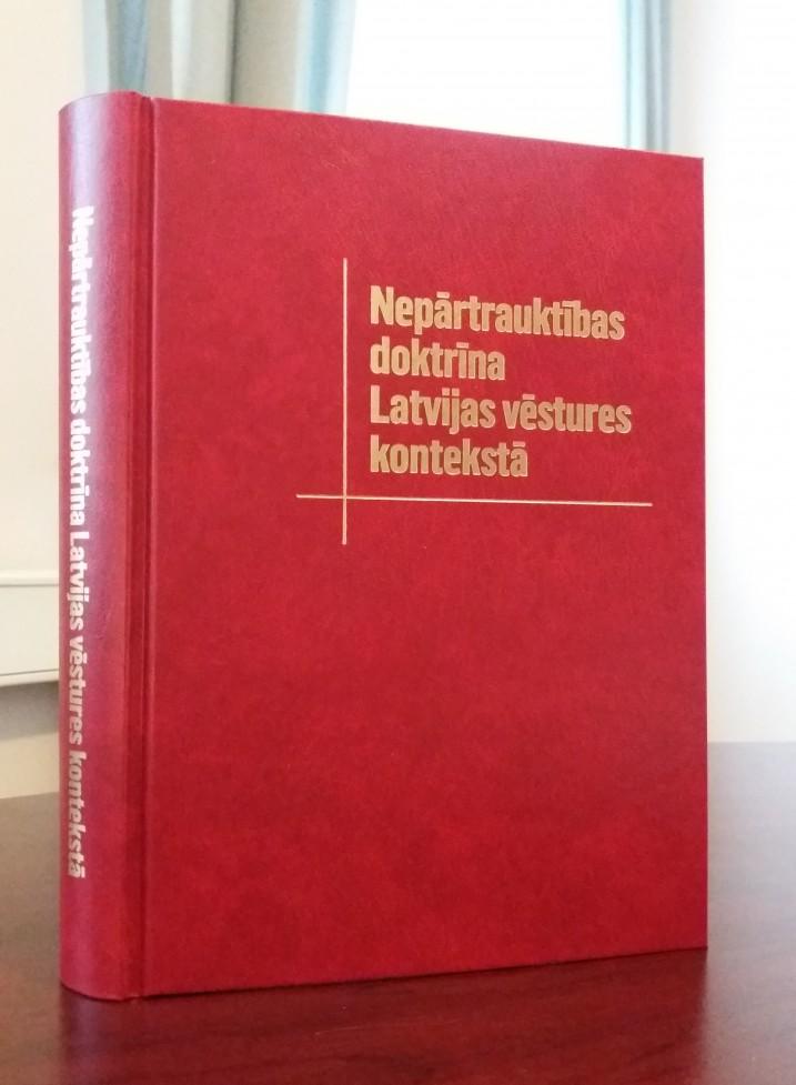 """Monogrāfija """"Nepārtrauktības doktrīna Latvijas vēstures kontekstā"""". Foto: K.Strazda."""