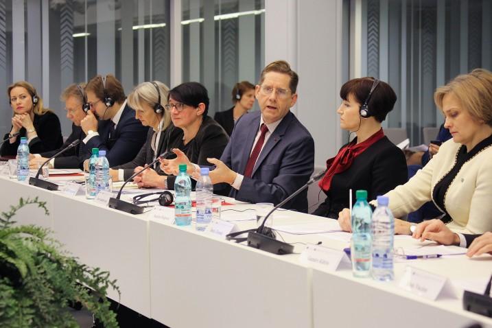 """Francijas Valsts padomes padomnieks, Valsts padomes Finanšu departamenta priekšsēdētājs Žans Gereminks (Jean Gaeremynck) sniedz priekšlasījumu diskusijā """"Normatīvo aktu kvalitātes nodrošināšana"""". Foto: Aleksandrs Kravčuks."""