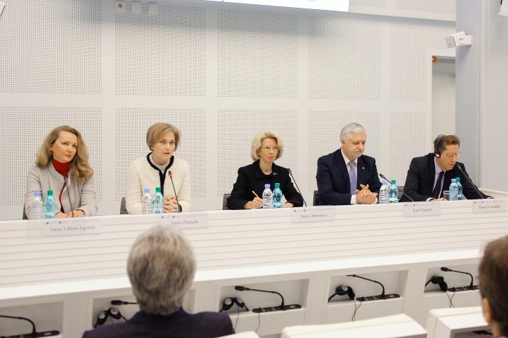 """Satversmes tiesas sadarbībā ar Saeimas Budžeta un finanšu (nodokļu) komisiju un Saeimas Juridisko komisiju organizētās konferences Saeimā """"Valsts budžeta konstitucionālā kontrole"""" 1.sesija. No kreisas: Saeimas priekšsēdētājas biedre Inese Lībiņa-Egnere, Satversmes priekšsēdētāja Ineta Ziemele, Saeimas priekšsēdētāja Ināra Mūrniece, Saeimas Budžeta un finanšu (nodokļu) komisijas priekšsēdētājs Jānis Vucāns, Francijas Valsts padomes padomnieks, Valsts padomes Finanšu departamenta priekšsēdētājs Žans Gereminks. Foto: Aleksandrs Kravčuks."""