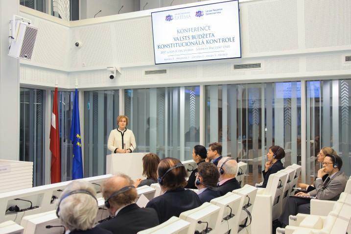 Satversmes tiesas priekšsēdētāja Ineta Ziemele saka konferences atklāšanas uzrunu. Foto: Aleksandrs Kravčuks..