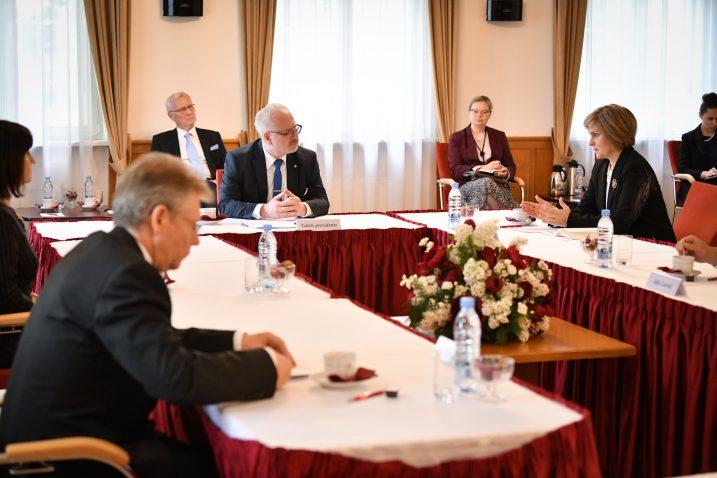 Valsts prezidents Egils Levits tiekas ar Satversmes tiesas tiesnešiem. Foto: Ilmārs Znotiņš, Valsts prezidenta kanceleja.