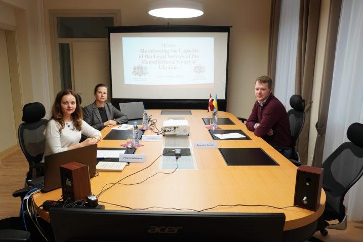 No kreisās: Satversmes tiesas padomniece Elīna Podzorova, Satversmes tiesas eksperte un projekta vadītāja Alla Spale, Satversmes tiesas padomnieks Kristaps Tamužs. Foto: Satversmes tiesa.